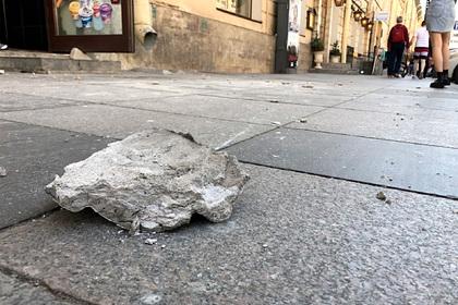 В Петербурге на россиянку рухнул кусок лепнины