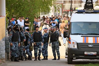 Соседи рассказали о драке напавшего на школу в Казани студента с отцом