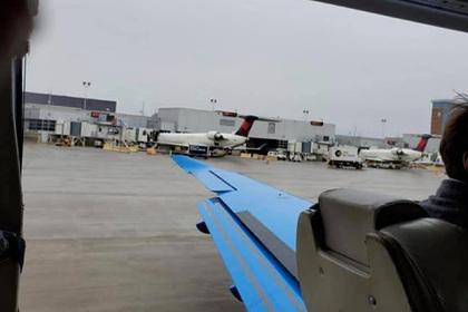 Дверь пассажирского самолета отвалилась во время взлета и напугала туристов