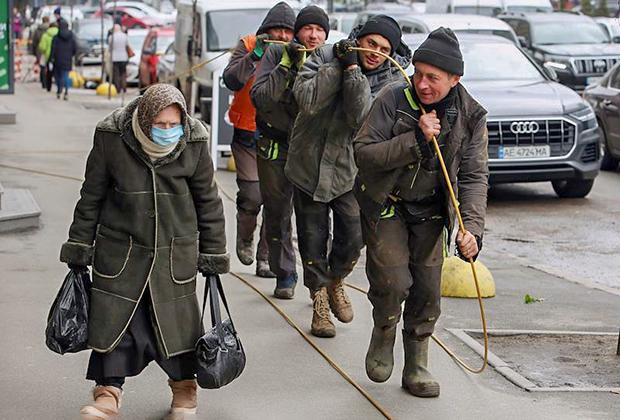 Сотрудники коммунальной службы на улице Киева, март 2021 года