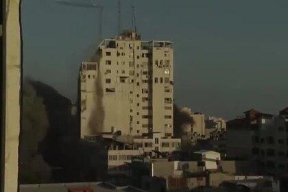 Разрушение 16-этажной высотки в Газе ракетным ударом Израиля попало на видео