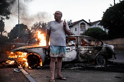 Горящие машины во время столкновений в израильском Лоде
