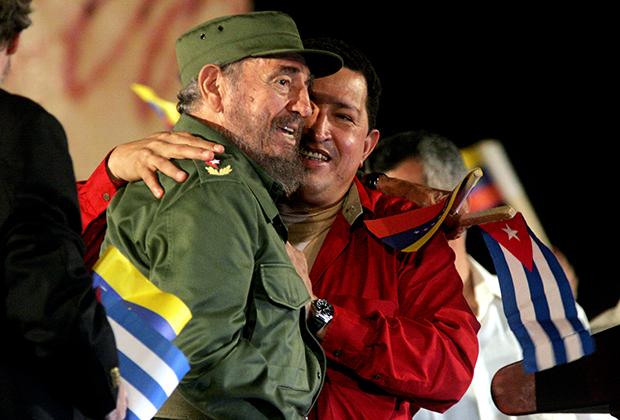 Уго Чавес вместе с Фиделем Кастро на церемонии, где ему вручили награду ЮНЕСКО за достижения в сфере образования, Гавана, Куба, 3 февраля 2006 года