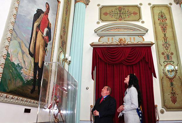Уго Чавес беседует с мисс Мира-2011 Ивиан Саркос во время ее визита во дворец Мирафлорес в городе Каракасе, 4 января 2012 года