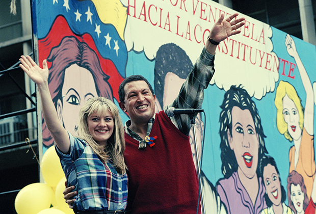 Лидер политической партии «Движение Пятой республики» Уго Чавес ведет кампанию со своей женой Марисабель Родригес во время президентских выборов 1998 года в Венесуэле