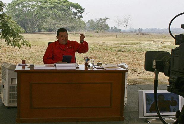 Президент Венесуэлы Уго Чавес выступает во время телепередачи «Алло, президент!» в штате Баринас, 25 марта 2007 года