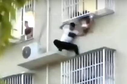 Сосед рискнул жизнью и спас двухлетнюю девочку от падения с шестого этажа