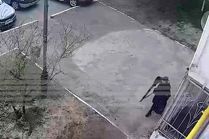 Психолог объяснил бездействие встретивших студента с ружьем в Казани прохожих