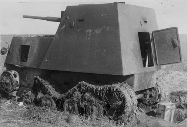 Подбитый советский бронетрактор «НИ». Немецкая открытка 1941-1942 годов