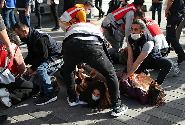 Полиция арестовывает протестующих против жесткого локдауна в Стамбуле