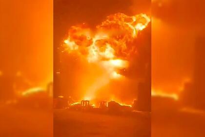 Мощный взрыв после ракетного удара ХАМАС по израильскому порту сняли на видео