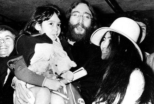 Джон Леннон с Йоко Оно и ее дочерью Кёко, 1969 год