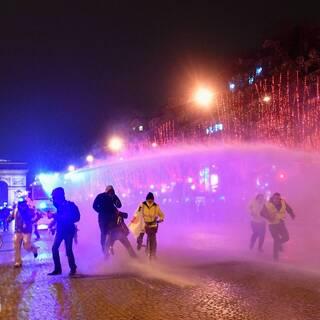 Французская полиция применяет водометы против протестующих