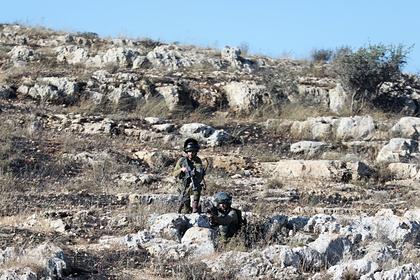 Израильские солдаты во время столкновений с палестинскими протестующими на границе