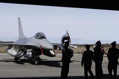 Участники военного оркестра Эстонии рядом с датским военным самолетом на авиабазе Амари