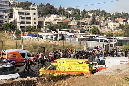Израильские силовики и медики работают на месте теракта в Восточном Иерусалиме