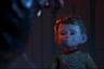 В канун Рождества брат и сестра пытаются подкараулить у елки Санта-Клауса, однако вместо пузатого седовласого старика с мешком подарков встречают уродливого некроморфа. И это еще не самое страшное. Монстр, оказывается, способен вынюхивать, плохо ли ты вел себя весь год. Короткометражка Эллиота Дира черпает вдохновение из двух бесконечно далеких друг от друга источников — старых рождественских фильмов второй половины XX века и хорроров Дэвида Кроненберга и Джона Карпентера (а также, очевидно, из «Лабиринта фавна» с его рукастым чудищем). И такой неожиданный синтез — по крайней мере, для короткометражной зарисовки — работает на славу.