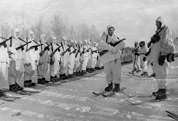 Построение советских бойцов-десантников после сбора основной группы во время битвы за Москву. Начало 1942 года
