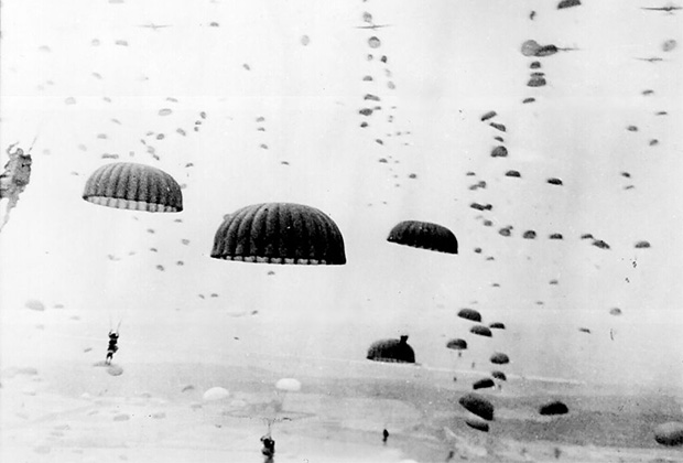 Парашютисты 101-й воздушно-десантной дивизии союзников приземляются в Нидерландах. Сентябрь 1944 года