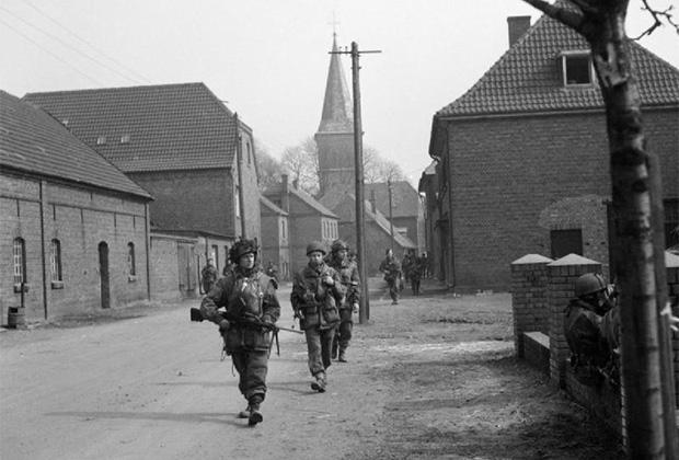 Британские десантники в немецком городе Хамминкельне. 25 марта 1945 года