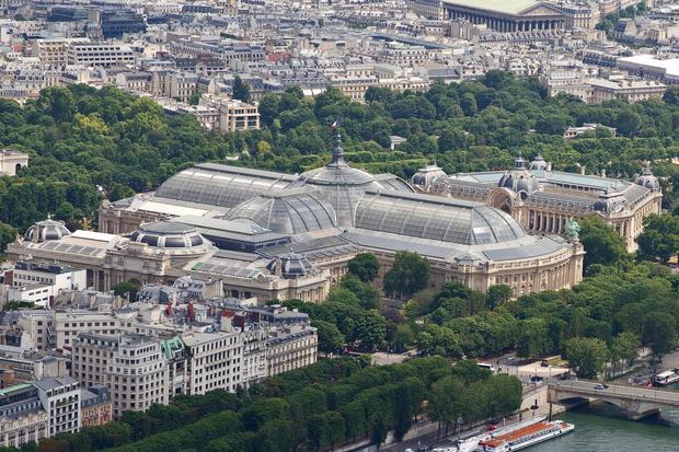 Вид на Большой дворец в Париже с Эйфелевой башни