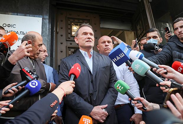 Виктор Медведчук общается с журналистами после посещения офиса генерального прокурора Украины