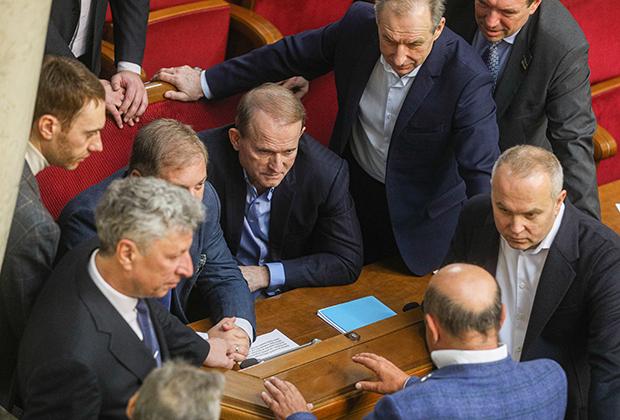 Депутаты от партии «Оппозиционная платформа — За жизнь» Нестор Шуфрич (справа), Виктор Медведчук (в центре) и Юрий Бойко (слева) на заседании Верховной Рады, 14 января 2020 года