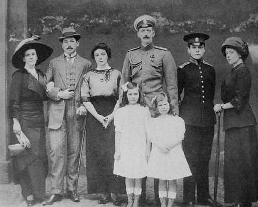 Семья Натали Палей. В центре великий князь Павел Александрович с дочерями Ириной и Натальей, крайняя слева — графиня Ольга Палей