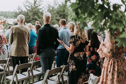 Невеста оставила гостей без еды и заставила их убирать мусор после церемонии