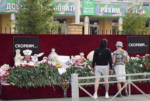 Мемориал жертвам расстрела в школе «Сэнди-Хук» в 2012 году