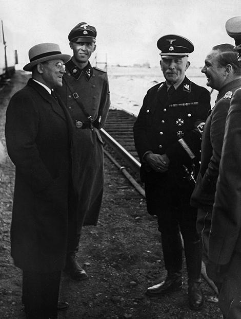 Литовские дипломаты посещают штаб-квартиру фюрера в 1939 году. Слева направо: посол Литвы Казис Шкирпа, генерал Валентин фон Массов и генерал-полковник Рудольф Шмидт