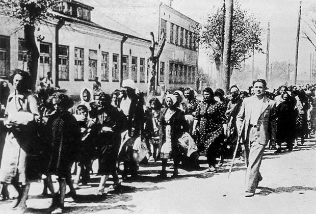 Колонна еврейских женщин под конвоем литовской «Самообороны», служившей на стороне вермахта (1941 год)