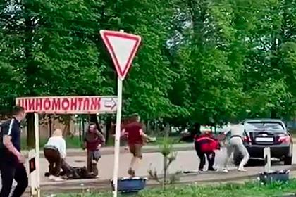 Россияне толпой накинулись на пьяного водителя и закидали камнями его машину