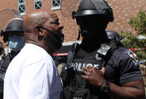 Активист движения BLM кричит на сотрудника полиции во время протеста в Луисвилле, штат Кентукки