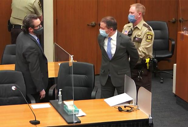 Бывший полицейский Дерек Шовин в суде после признания его виновным в убийстве Джорджа Флойда, апрель 2021 года