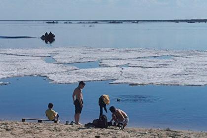 Ямальцы вышли загорать на пляж во время ледохода