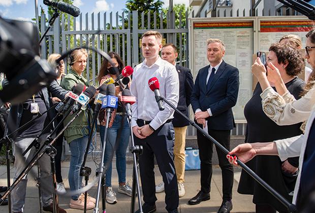 Основатель Telegram-канала NEXTA Степан Путило выступает на пресс-конференции перед посольством Белоруссии в Польше 24 мая 2021 года