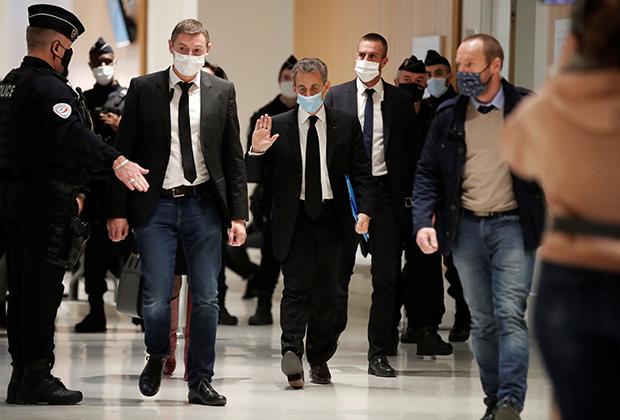 Бывший президент Франции Николя Саркози в здании суда Парижа перед судебным слушанием по делу о коррупции, 7 декабря 2020 года