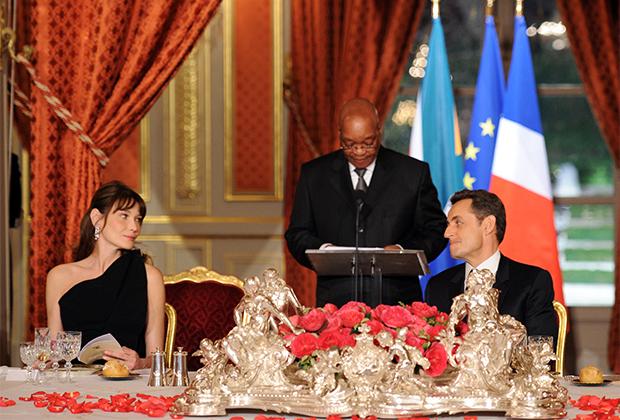 Президент ЮАР Джейкоб Зума произносит речь рядом с президентом Франции Николя Саркози и его женой Карлой Бруни во время официального ужина в Елисейском дворце в Париже, 2011 год