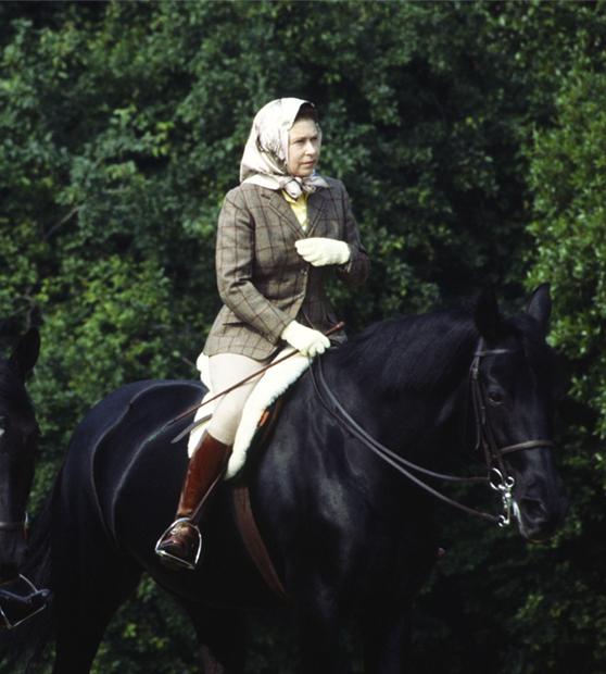 Королева Елизавета II катается на лошади в Виндзорском замке