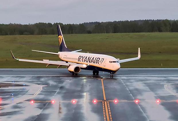 Самолет авиакомпании Ryanair с регистрационным номером SP-RSM, который летел из Афин в Вильнюс