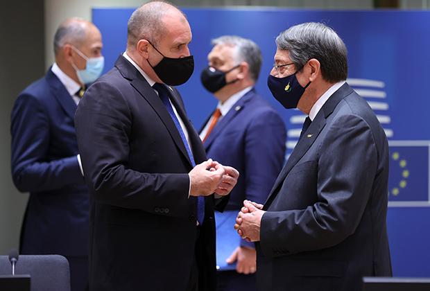 Премьер-министр Кипра Никос Анастасиадис (справа) беседует с президентом Болгарии Руменом Радевым перед дискуссией за круглым столом на саммите лидеров стран-членов ЕС в Брюсселе, 24 мая 2021 года