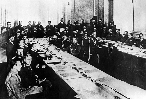 Заседание мирной конференции в Брест-Литовске, во время которой был заключен Брестский мир между Советской Россией и Германией, Австро-Венгрией, Болгарией и Турцией, 1918 год