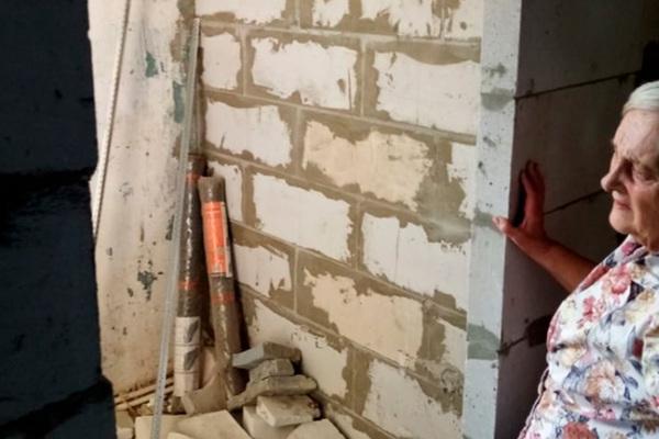Российскую пенсионерку заселили в бывшую душевую: Квартира: Дом: Lenta.ru