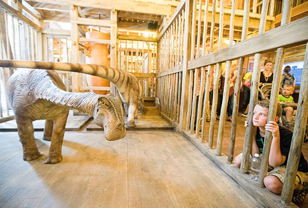 Посетители напротив клетки с динозаврами в Ноевом ковчеге в Кентукки