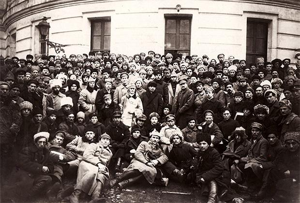 Владимир Ленин, Климент Ворошилов и Лев Троцкий среди делегатов X съезда РКП(б), вернувшихся после подавления Кронштадтского восстания. Март 1921 года