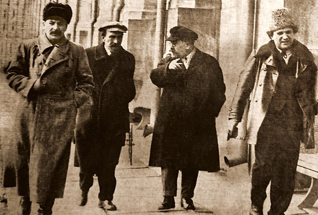 Слева направо: Иосиф Сталин, Алексей Рыков, Лев Каменев и Григорий Зиновьев в 1925 году