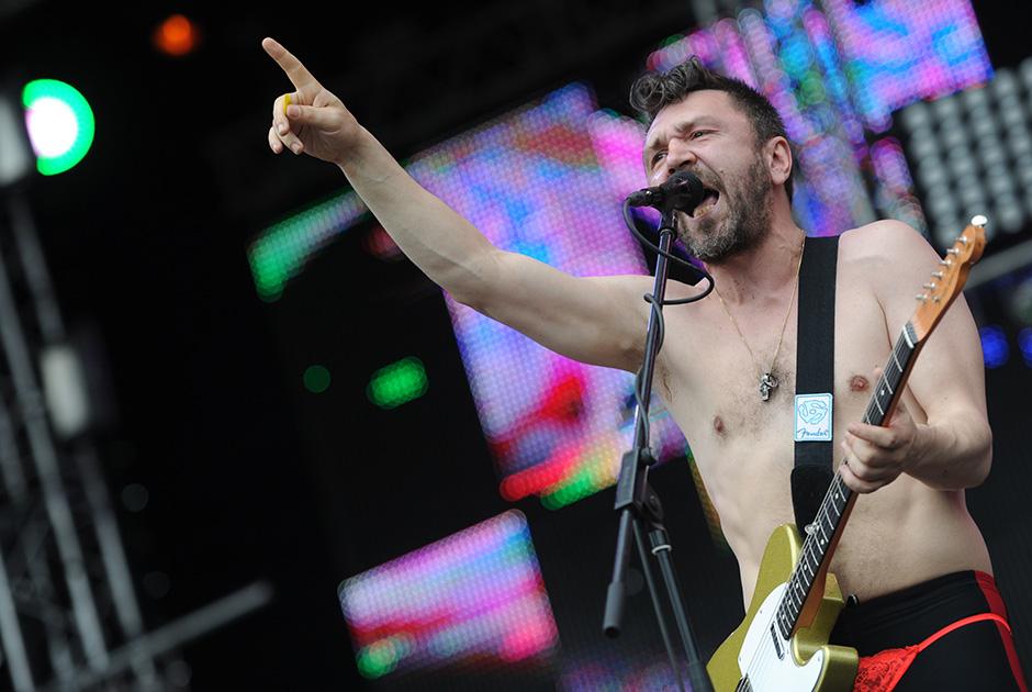 Сергей Шнуров выступает на музыкальном фестивале «Рок над Волгой»
