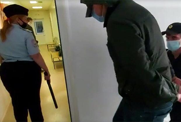 Александр Гусев (справа) после ареста