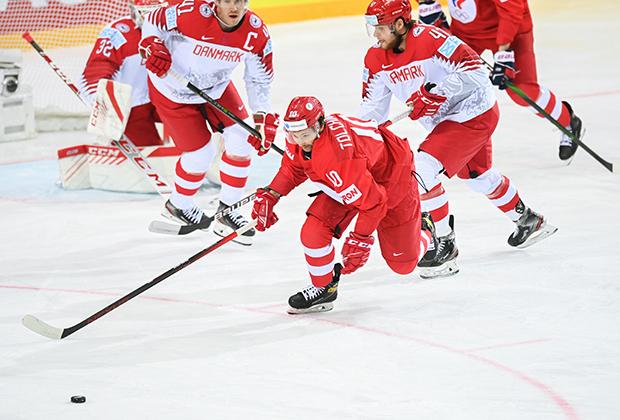 В центре: Сергей Толчинский (Россия) в матче группового этапа чемпионата мира по хоккею-2021 между сборными командами России и Дании